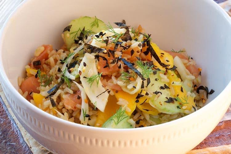 Салат с копченым лососем и нори