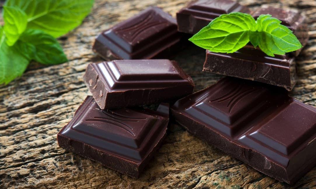 В горьком шоколаде содержатся кофеин и теобромин, которые положительно влияют на умственную работу