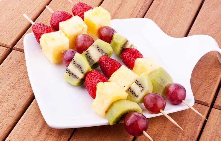 Замороженные фрукты на шпажках