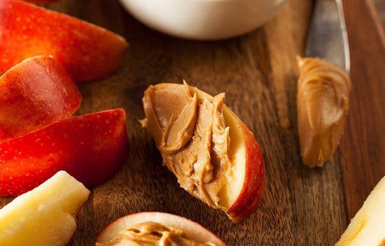Яблочные дольки с арахисовой пастой