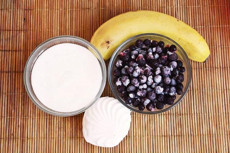Смородиново-банановый смузи с зефиром