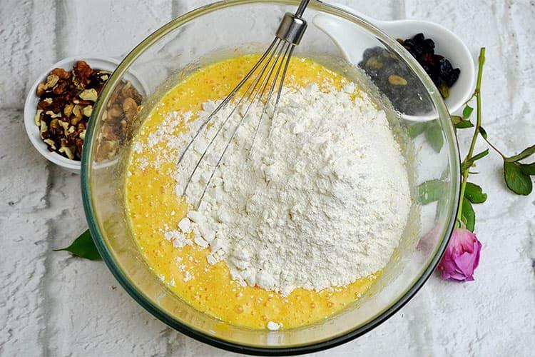 Кекс с хурмой, изюмом и орехами