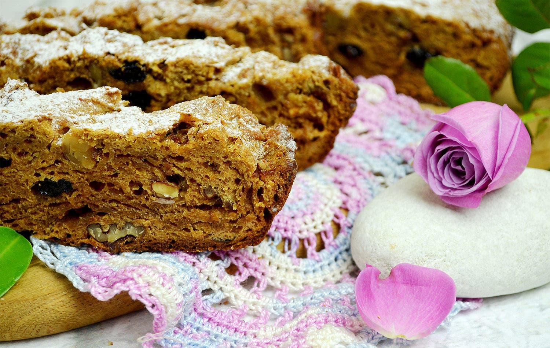 Рецепт: Кекс с хурмой, изюмом и орехами